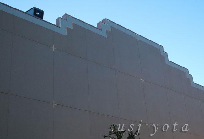 ステージ21の屋根の上にプロジェクションマッピングの投影機