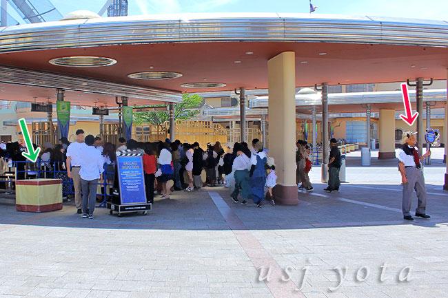 USJの入場口(エントランス)で行われている手荷物検査