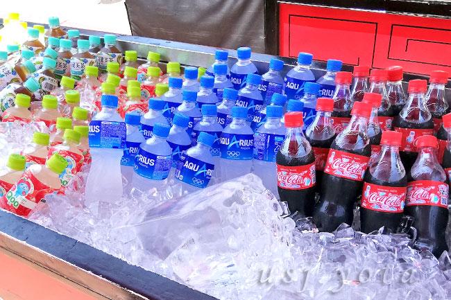 フードカートの氷漬けペットボトル