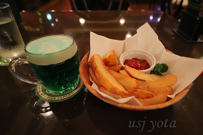 グリーンビールとフライドポテト