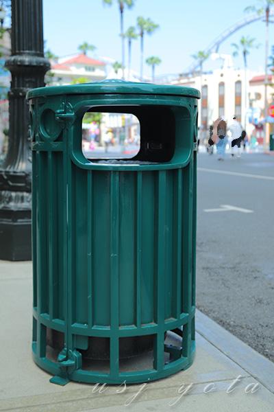 投入口がオープンになっているゴミ箱