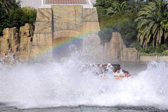 ジュラッシクパークのライド後方に虹がかかる